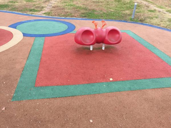 「子供が遊ぶ環境は平和が一番」 ゴムチップ・水勾配・傾斜・遊具・透水