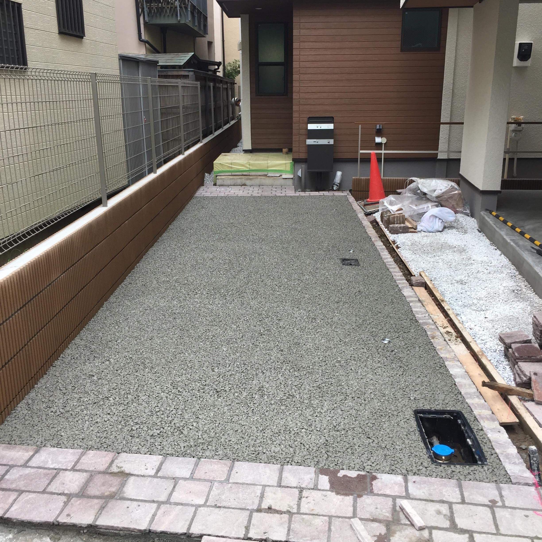 「水勾配が取れない駐車場|透水性コンクリート」