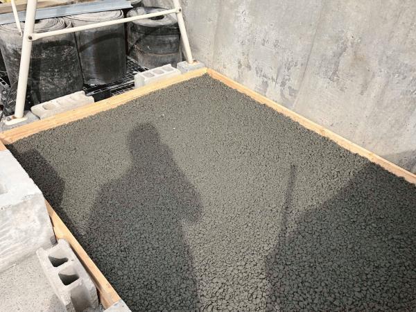 「コツはレーキ(トンボ)の使い方!|透水性コンクリート」
