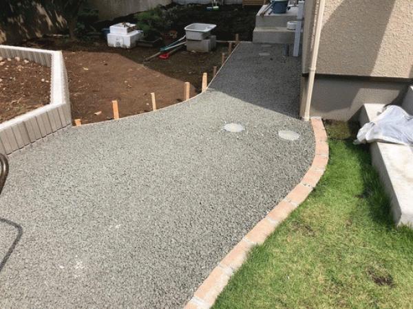 「愛犬がお庭を掘らないようにしたい!」 透水性コンクリートドライテック・庭・アプローチ