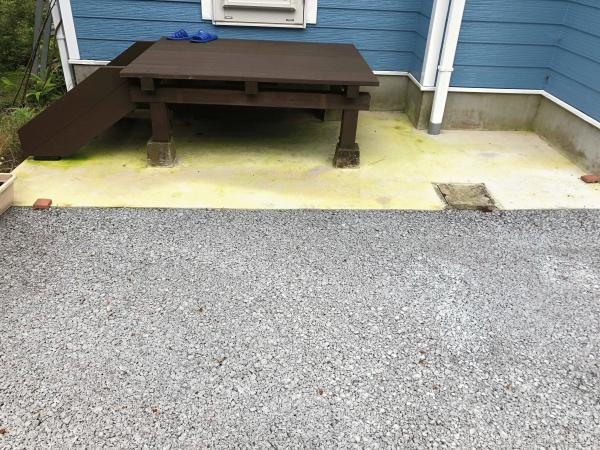 【静岡】「滑りにくい安心舗装」北面の土間コンクリートでもコケ・カビ問題解消!