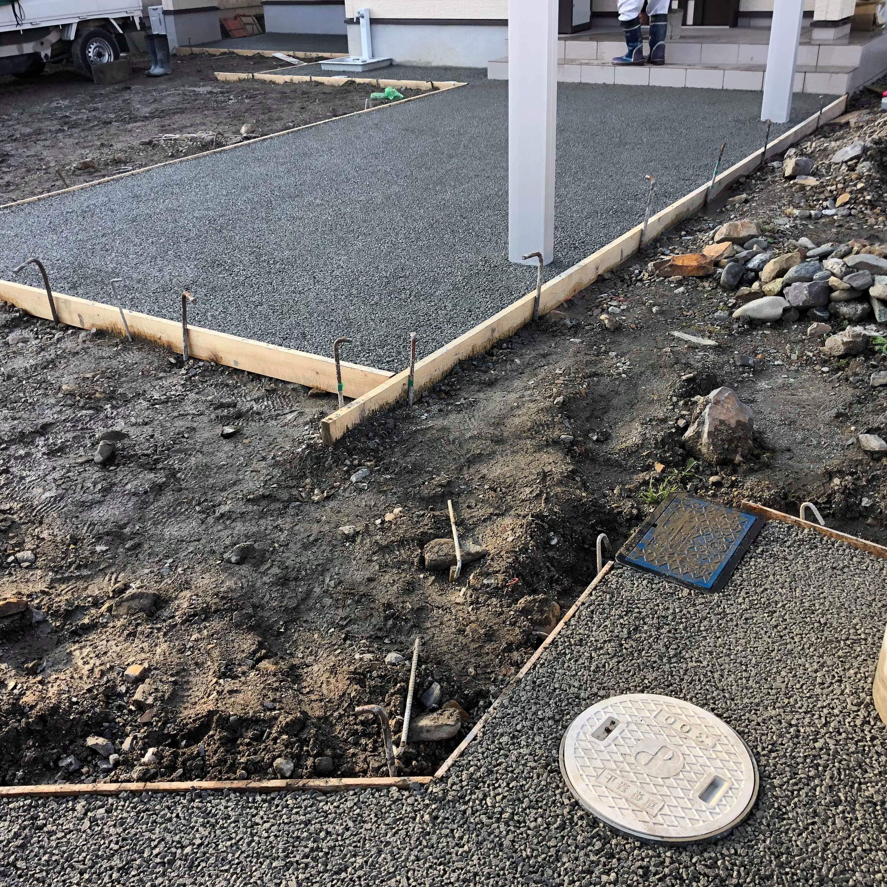【愛媛】「排水のない、テラス・アプローチ・道路境界の舗装をしたい」愛媛生コン