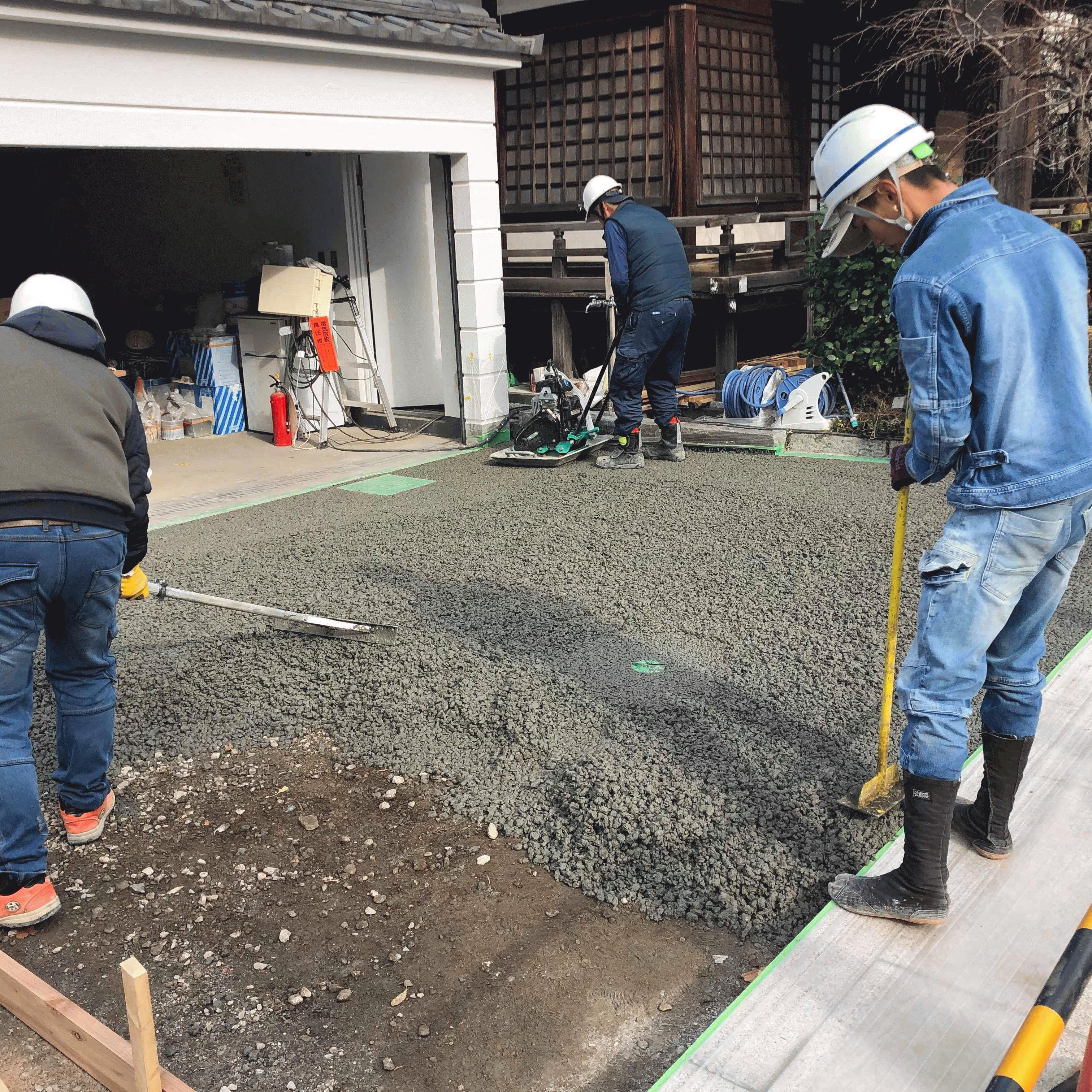 「DIY指導員が透水性コンクリート施工をサポートします」土間コン