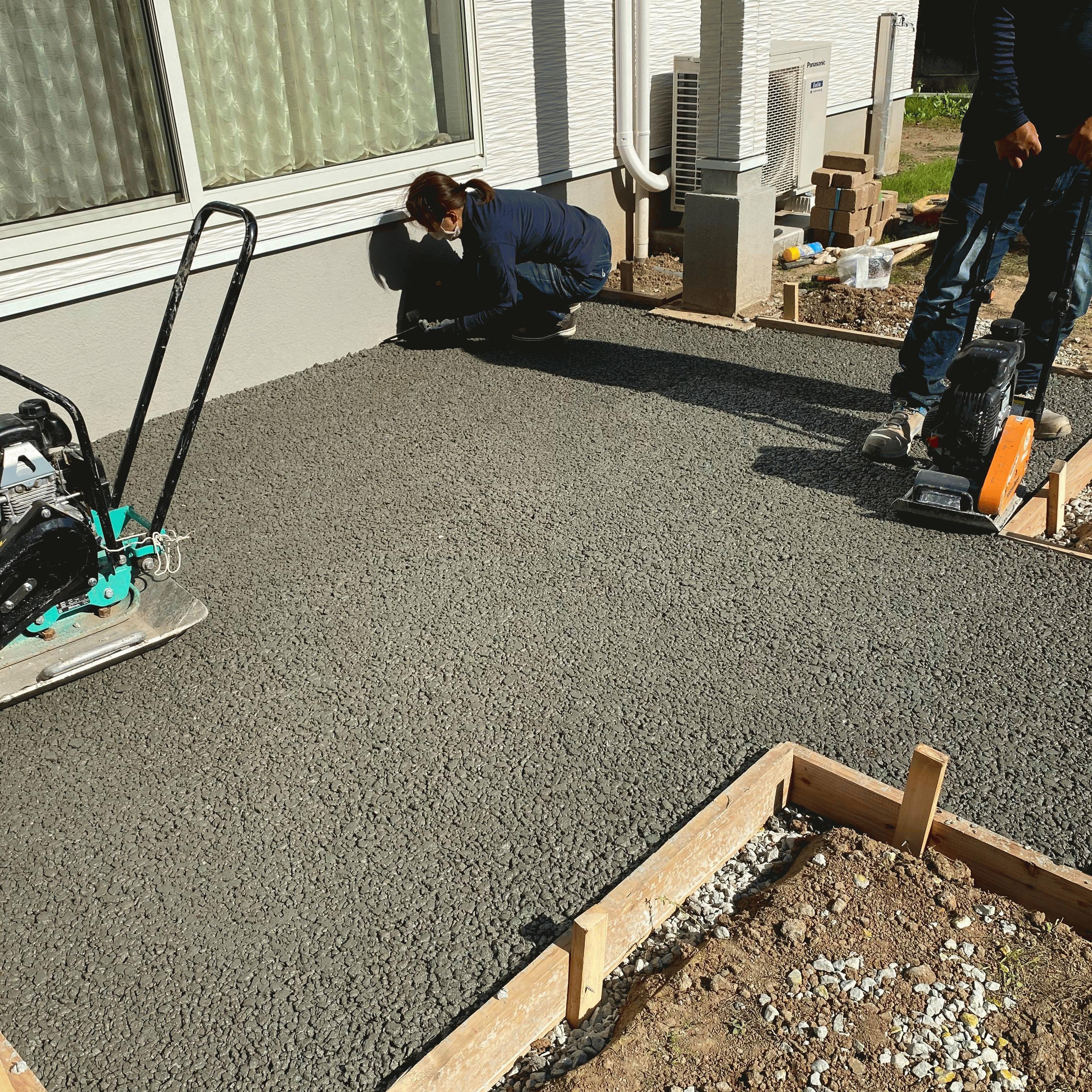 「続いて路盤、型枠、透水性コンクリート。ウッドデッキ事前工」フェラーリ様邸DIY #2