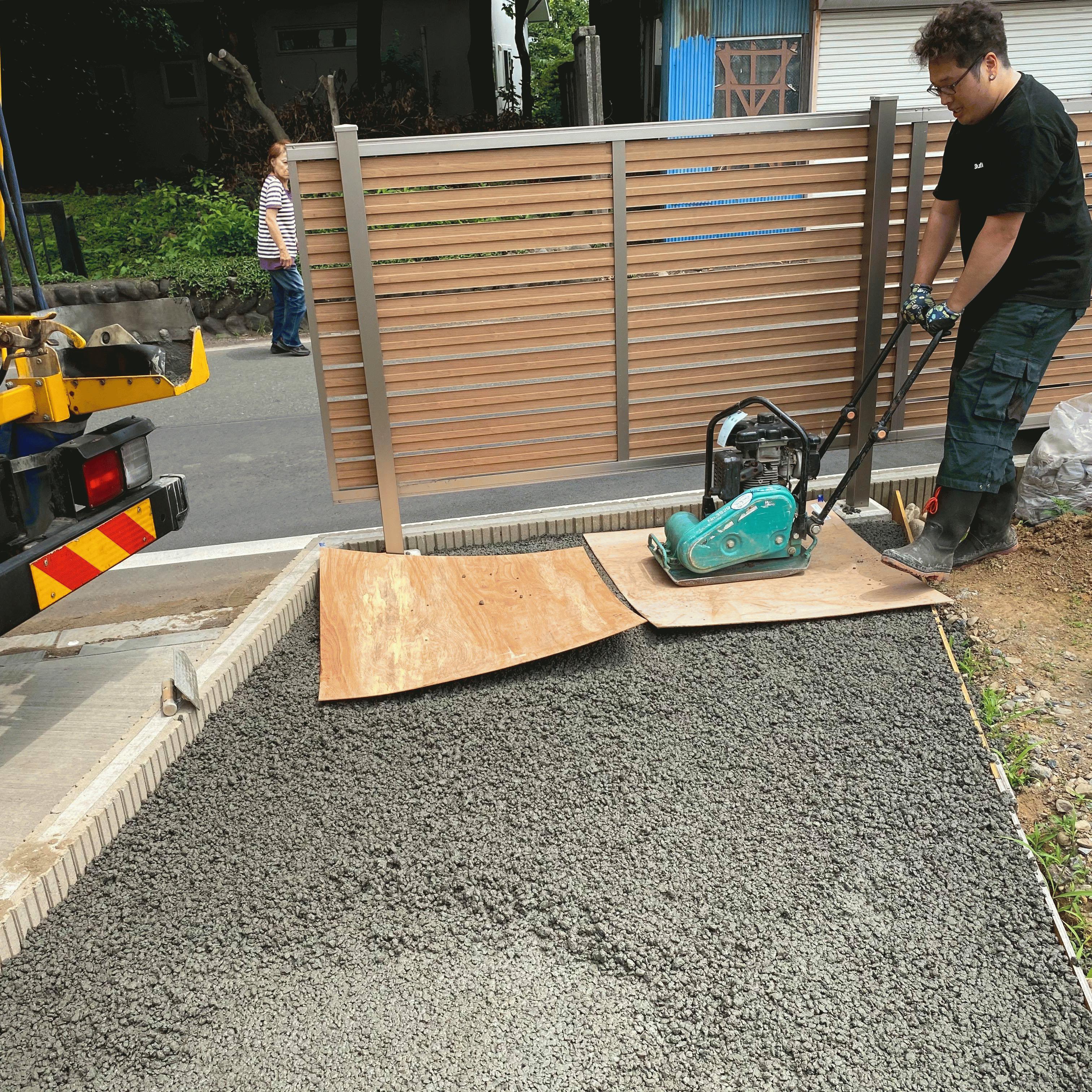 【埼玉】「防草シートに砂利を敷いても1年で草が出て来て大変」「お金を貯めて計画します」物置の基礎コンクリート