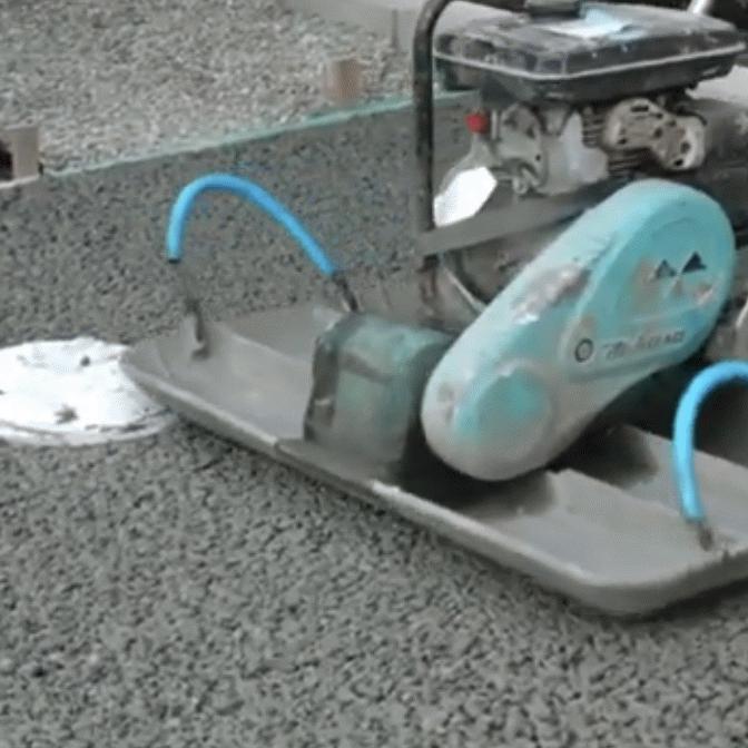 「脱着式の幅広(はばひろ)プレート作って販売したら?」透水性コンクリート施工の合理化について