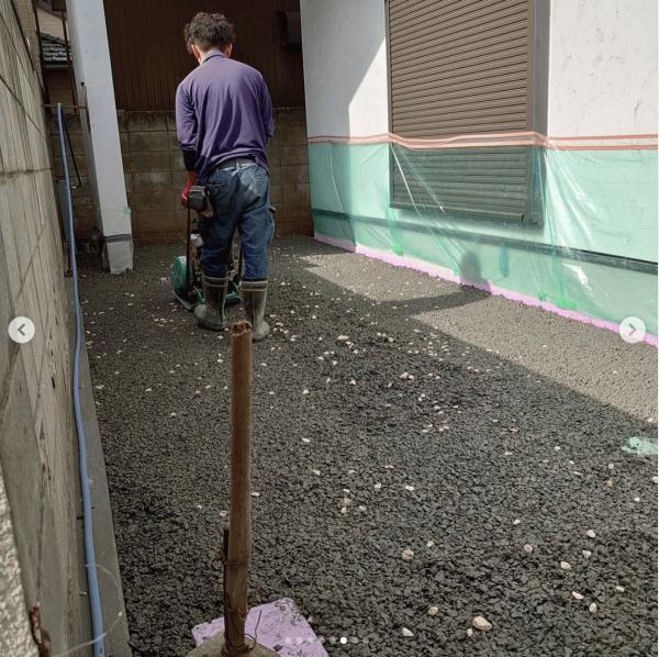 【東京】「花びらを散らせたような透水性コンクリート舗装」都屋建材